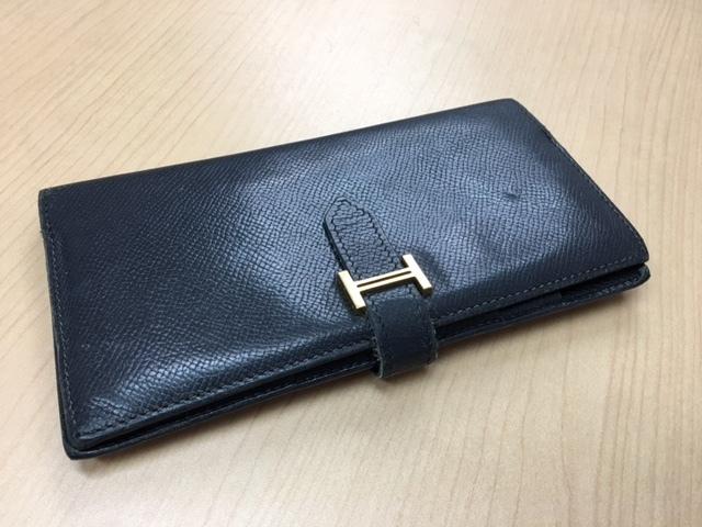 990875ed50c4 お客様から思い出の財布なので、 修理してまだ使いたいとのご相談を受けました。 見たところ、糸が擦れて切れてしまっていましたので、